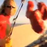 『衝撃映像!!!ホホジロザメでサーフィンをする男』